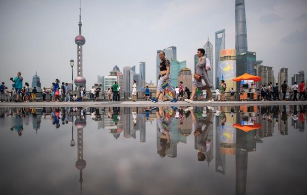 Bund surplombant le quartier financier de Pudong à Shanghai