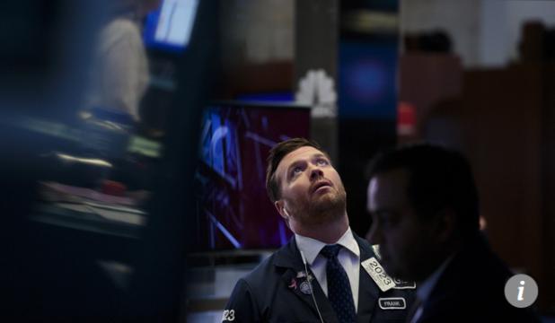 Capture Trader regardant tableau d'affichage