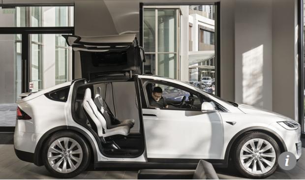 Capture Un client se trouve à l'intérieur d'un véhicule électrique Tesla Model X