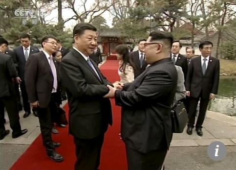 Capture Kim Jong-un (à droite) serre la main de Xi Jinping à la Diaoyutai State Guesthouse à Pékin