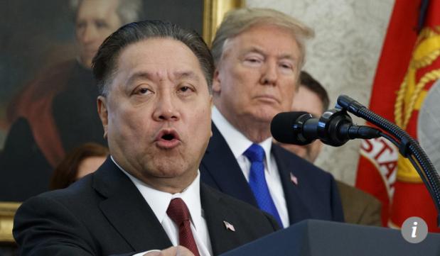 Capture Le PDG de Broadcom Hock Tan parle en présence de Donald Trump