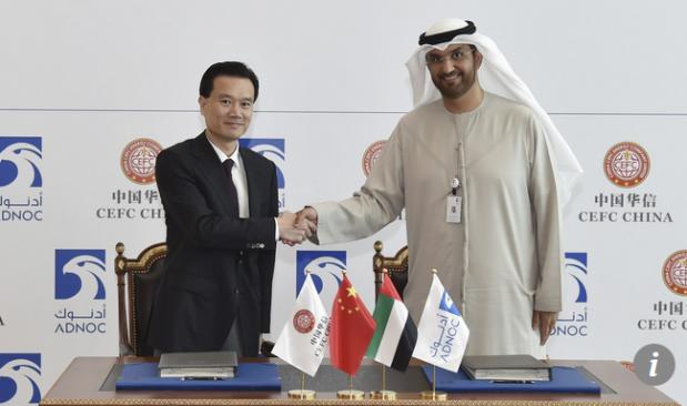 Capture Le président du CEFC, Ye Jianming (à gauche), serre la main du chef de la direction du Pétrole National d'Abu Dhabi, Sultan Ahmed Al Jaber