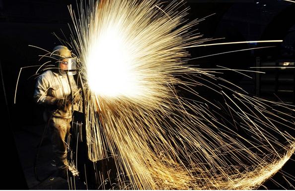 Capture Un ouvrier coupe de l'acier à Qingdao