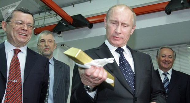 Vladimir Poutine tenant un ligot d or