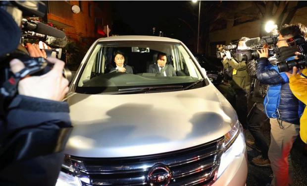 Capture Equipe d'enquête quittant domicile de Ghosn à Tokyo