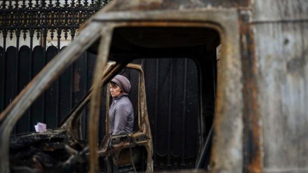 Une femme et un véhicule incendié