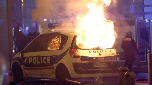 Une voiture de police a brûlé