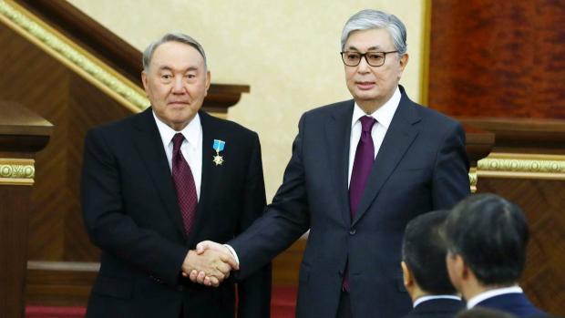 Le président par intérim du Kazakhstan, Kassym-Jomart Tokayev, à droite, et le président kazakh sortant, Nursultan Nazarbayev
