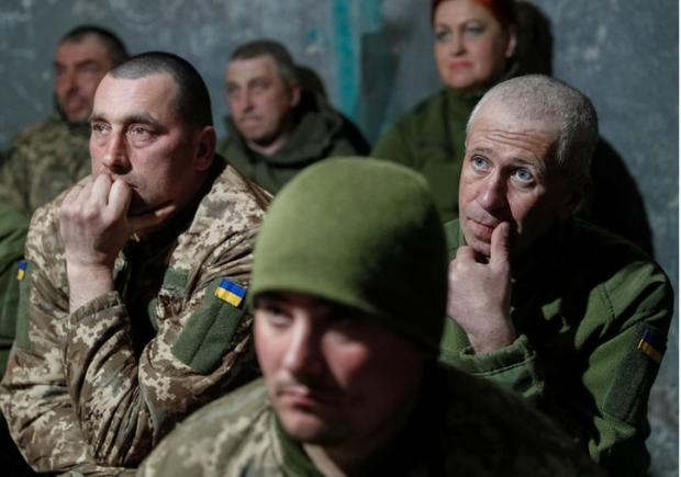 Capture Militaires ukrainiens regardant le débat télévisé